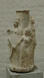 Triple Hécate y las Cárites, Ática, siglo III a. C. (Gliptoteca de Múnich)
